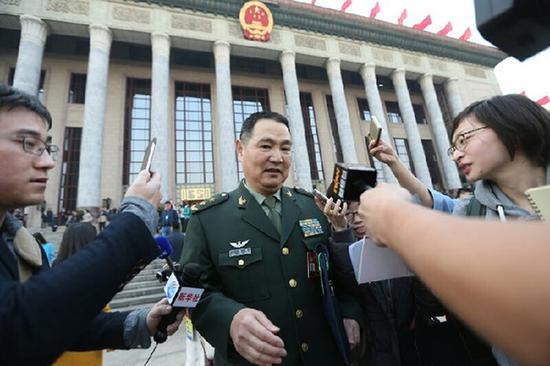 3月3日下午,全国政协十二届五次会议开幕,全国政协委员、原南京军区副司令员王洪光中将在会后接受记者采访。 本文图均为 中国军网 图