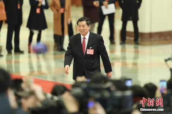 """3月5日,十二届全国人大五次会议在北京人民大会堂开幕。国家发展和改革委员会主任何立峰在""""部长通道""""接受采访。中新社记者 盛佳鹏 摄"""