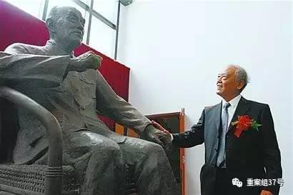 季承站在父亲季羡林先生的铜像前。资料图片