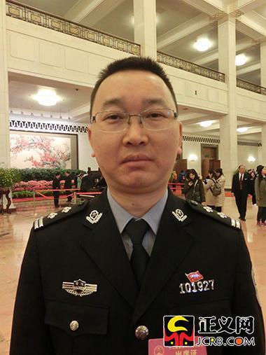 全国人大代表、重庆市公安局渝中区分局大阳沟派出所所长郑尚伦。谢文英 摄