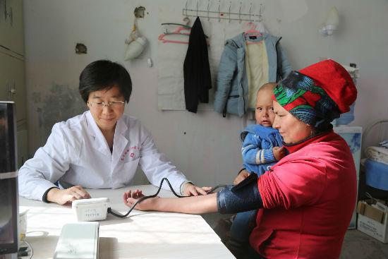 杨丽鹤医生为病人量血压
