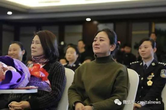 在献上了自己准备的礼物后,董明珠回到座位上,再次认真地拥抱了身旁坐着的一位女性,还轻轻拍了拍她的肩。