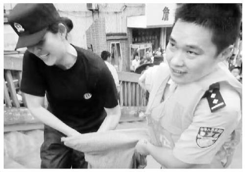 图为江苏省溧阳市公安局双警夫妻韦燕和姜嘉在抗洪一线偶遇。资料图片