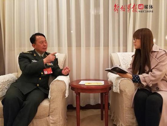 司启富代表正在接受中国军网记者的采访。