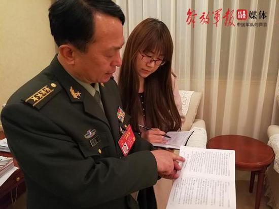 司启富代表为记者介绍现行法规条文情况。