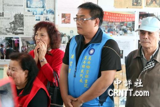 国民党屏东县万丹乡乡民代表义务职书记洪宗麒(右二)9日向洪秀柱表示,党代表选举资格改为一年,是阻挡他们投入国民党再造与参与的动力与权利。(图片来源:中评社)