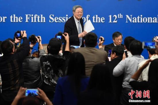 图为记者在会后追访周小川。中新社记者 韦亮 摄