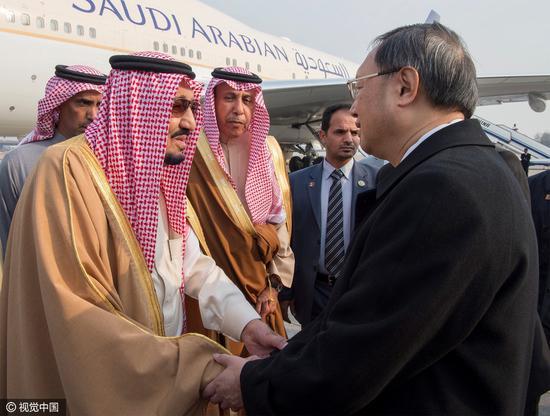 2017年3月15日,北京,沙特国王萨勒曼抵达机场,国务委员杨洁篪为其举行接待仪式。