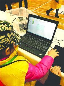 小选手在教育机器人比赛中竞技/晨报记者杨天弘