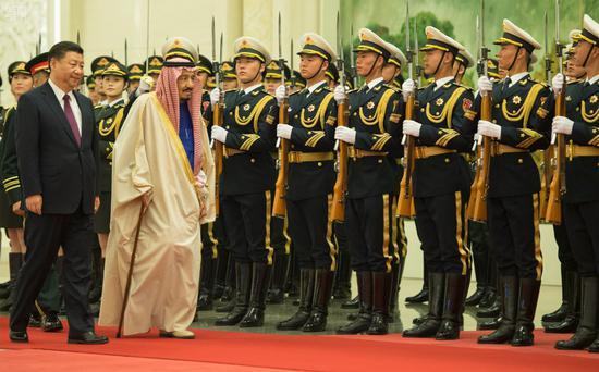 3月16日,习近平在人民大礼堂举行仪式接待沙特国王萨勒曼访华。习近平陪同萨勒曼校阅解放军三军仪仗队。