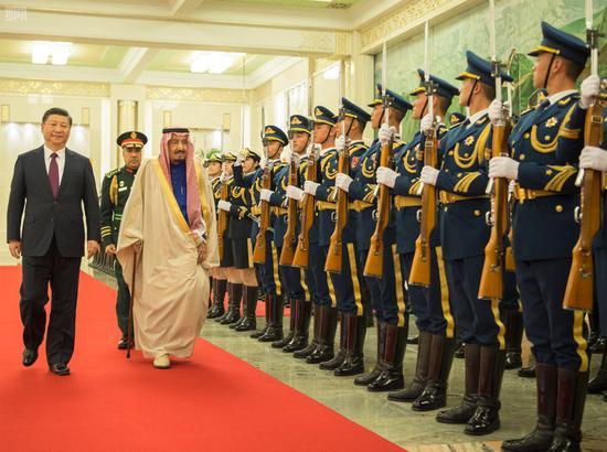 3月16日,习近平在人民大礼堂举行接待仪式,接待沙特国王萨勒曼访华。