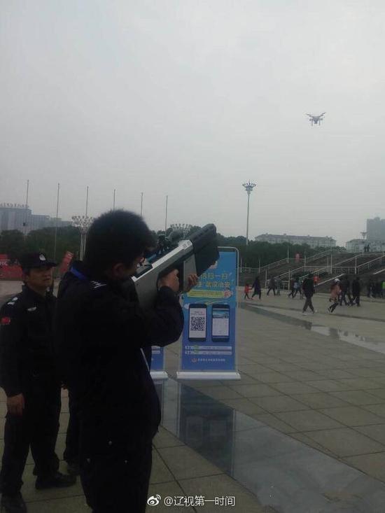 警方射击无人机