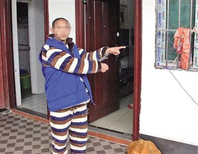 刘某海指认犯罪现场。 本报记者 甘侠义 摄