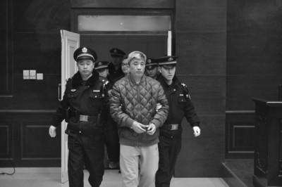 王磊被带上法庭