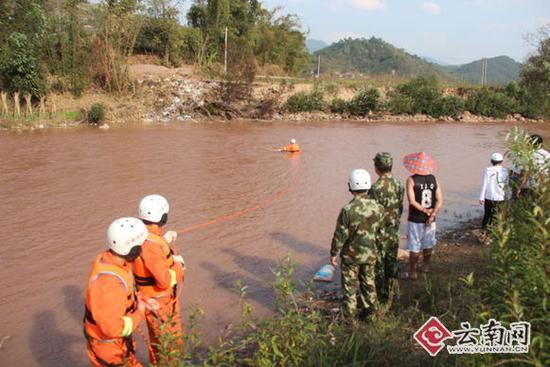 消防官兵在男子落水点150米范围内来回进行搜寻。