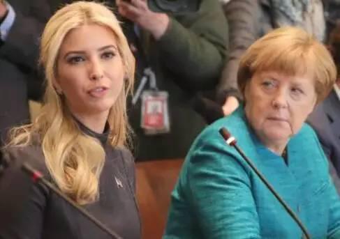坐在伊万卡身旁的默克尔,一脸严肃,斜眼瞪着她。