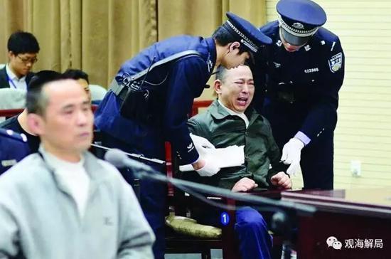 (四川黑老大刘汉失控痛哭)