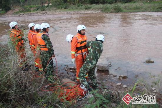 消防官兵准备进行搜寻。