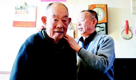 78岁的刘景垿(右)为80岁的哥哥整理衣领。