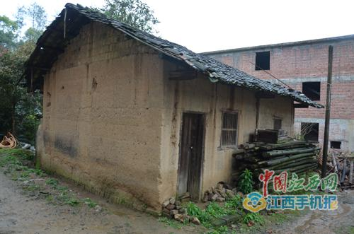 图中未被拆除的是明经国破旧的屋子,占地面积约40平米,堆满了杂物。旁边已被拆除的为村民明某炳和明某福的猪圈