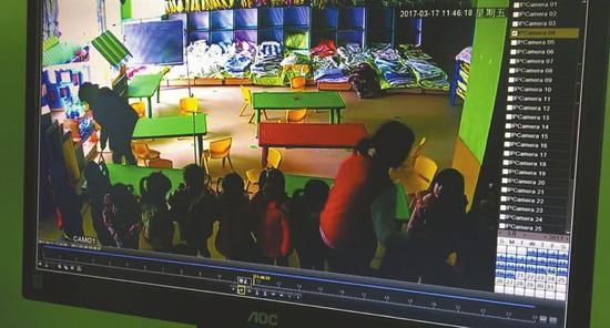 监控显示微微老师涉嫌打骂孩子。