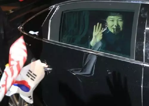 3月12日,朴槿惠乘车抵达位于韩国首尔三成洞的私邸并向支持者挥手。(新华社/法新社)