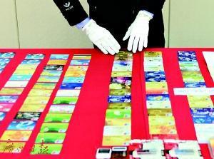 """警方展示在""""飓风2号""""地下钱庄系列案件中缴获的证物。"""
