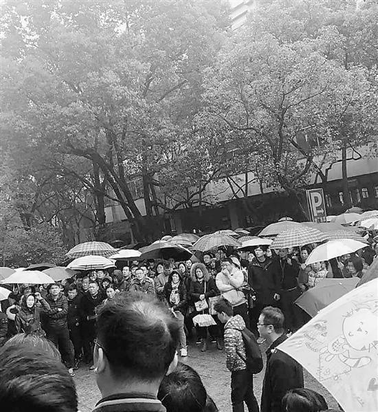 """上周日,不少人杭州的友人圈都在发这种""""家长冒雨陪考盼望杯""""的图片,局面热烈堪比高考。"""