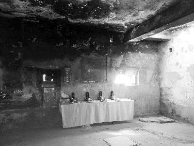 从射击孔向内看到碉堡内摆放着神仙供桌