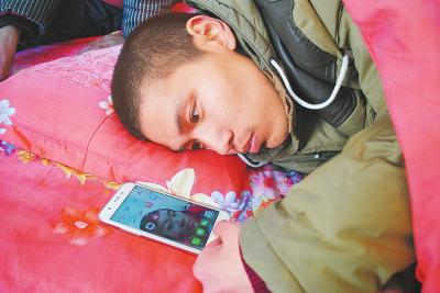 躺在床上,张振邦翻看着湖南女友周晴的照片。