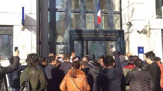 巴黎华人哀悼被射杀同胞