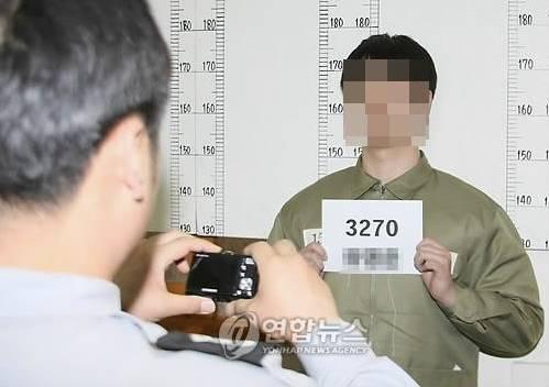 △进看守所拍照的模拟图(来自于韩联社)