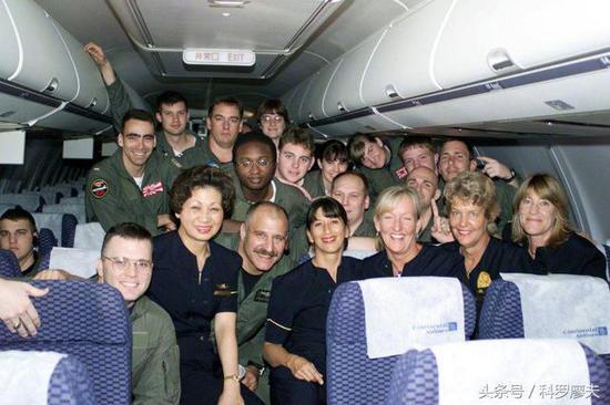 图片:EP3机组人员被中方释放回国时的场景,仿佛英雄凯旋。