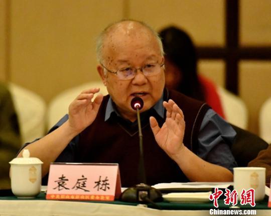 巴蜀文化专家袁庭栋正在发言。 刘忠俊 摄