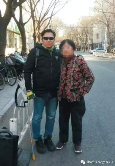 ▲一个月前,郭利与母亲在北京合影。 受访者供图