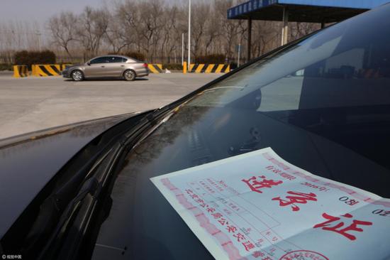 (北京交警App问世前 车辆须在高速检查站办理进京证 图片来源:视觉中国)