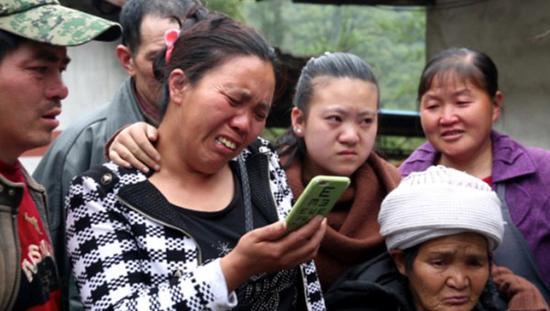与付贵视频通话的一家人。(来自澎湃新闻网)
