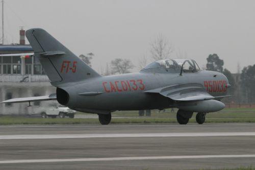 1966年5月8日,中国第一种喷气式歼击锻练机歼教5首飞胜利