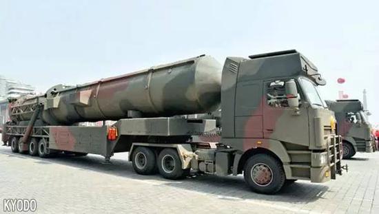 韩国军方推测称这款新型洲际导弹比KN-08和KN-14(这两种都是洲际导弹,在此前的朝鲜阅兵式中出现过)更长。