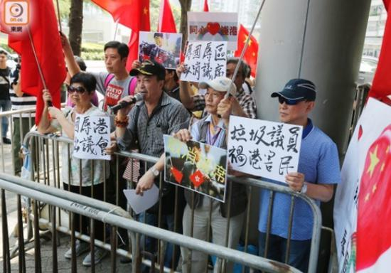 示威人士法院门外举行抗议活动(图片来源:东网)