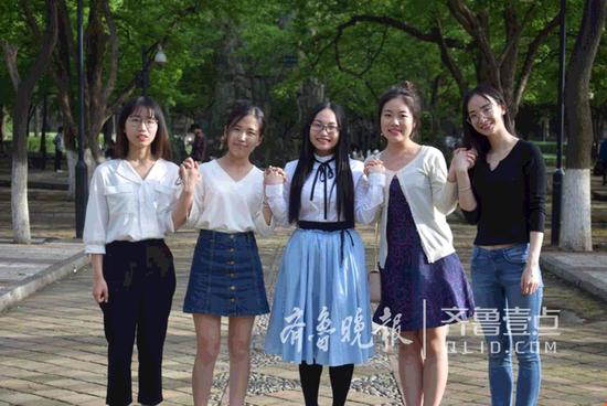 山大公共卫生学院2012级2307宿舍的五名女生合影,她们中的四人将去北大读研。