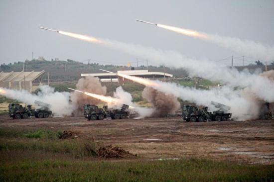 台军方过去在澎湖实施实弹射击的雷霆2000多管火箭(图片来源:台湾《联合报》资料图)