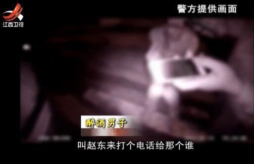 """男子满身酒气,还喊着""""叫赵东来打个电话给那个谁"""",民警劝男子要""""回归现实""""。"""