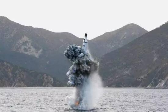 所谓潜射导弹即从潜艇中发射的导弹。朝鲜海军虽弱,也是有潜艇的。再配上潜射导弹,这意味朝鲜的打击范围在扩大。