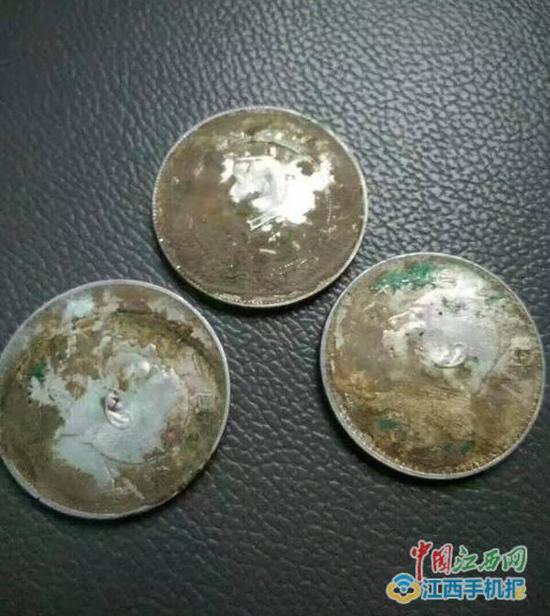 """从赣县长洛乡长源村下西山组挖出的""""袁大头""""银元。"""