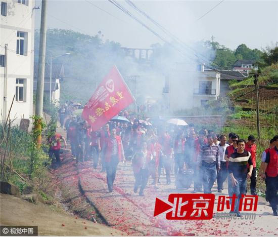 綦江区永城镇中华村,村里人迎接霍永棋回家。