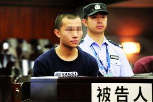 广州中院对过失致老人死亡的何某进行宣判。  信息时报记者  陈引  通讯员  罗伟雄 摄