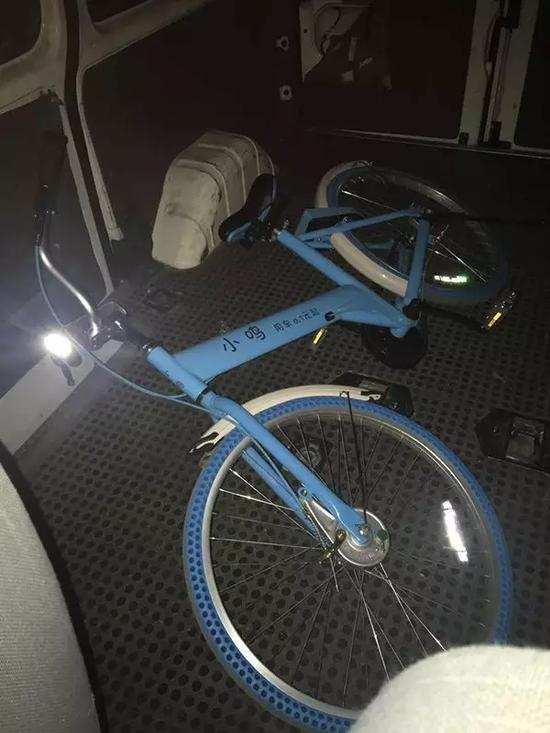 为了留下证据,施先生把单车拉到派出所。