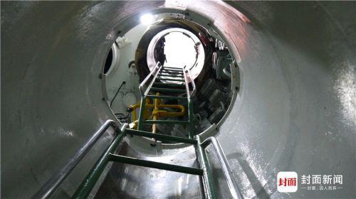 通过这个梯子可以上到舰桥上的上层指挥室。