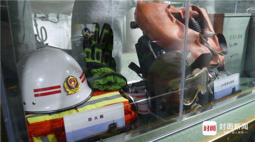 后辅机舱舱里展示有两套服装,一套防火服,一套潜水装具。